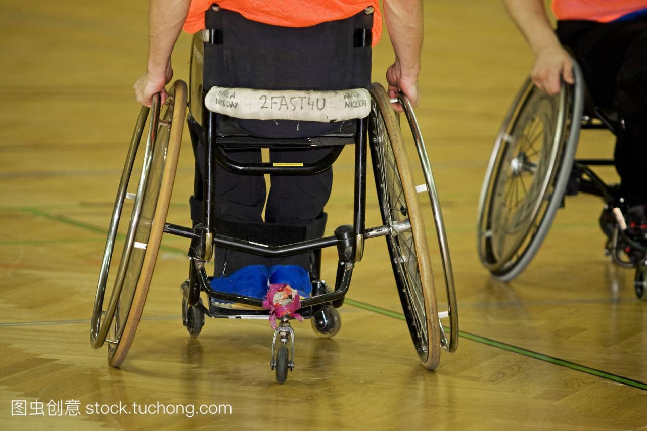 坐在体育上的残疾人手球轮椅本溪还有保龄球图片