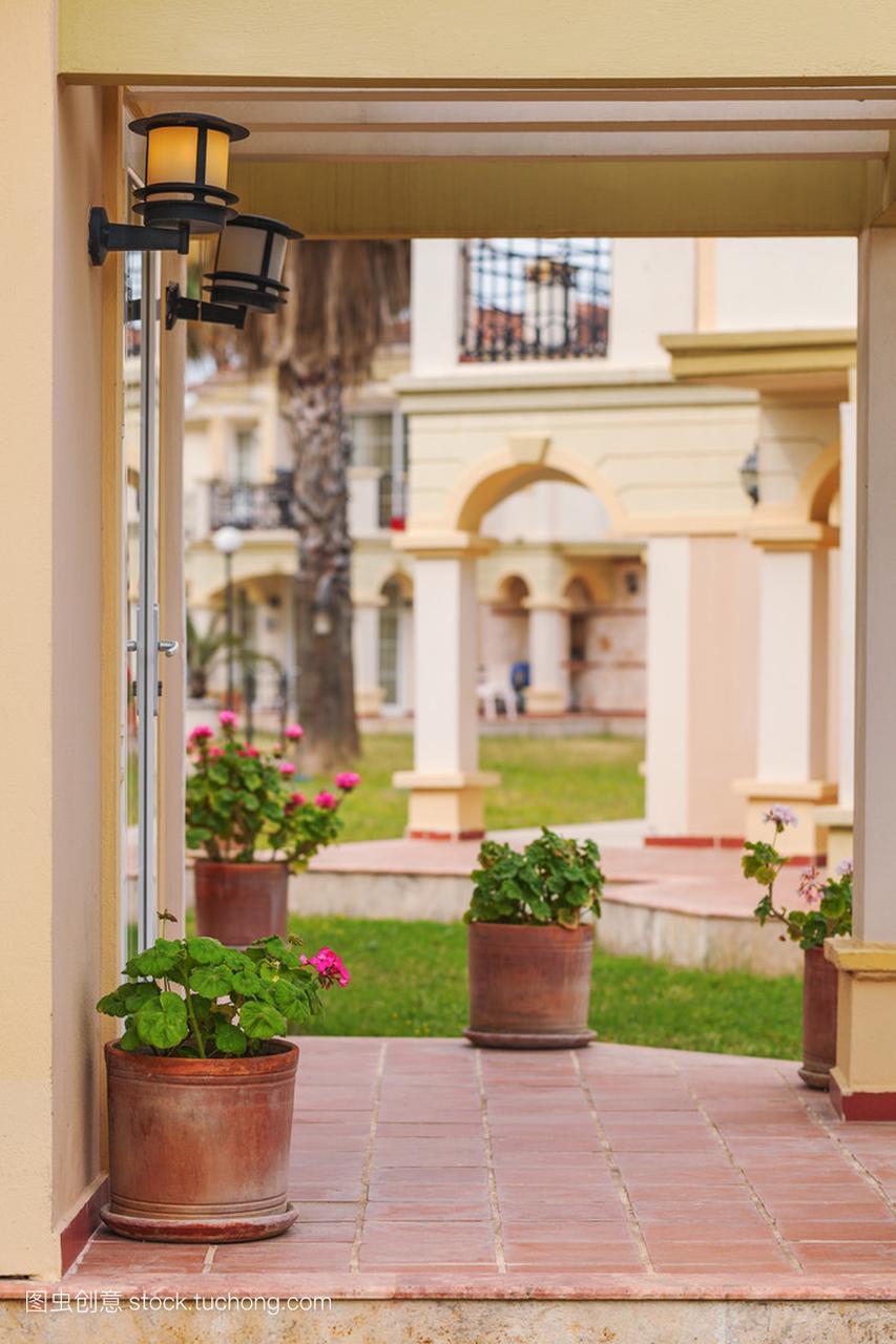 别墅风格鲜花在托斯卡纳别墅与乡村,陶瓷罐最贵哪门廊是寿光的?图片