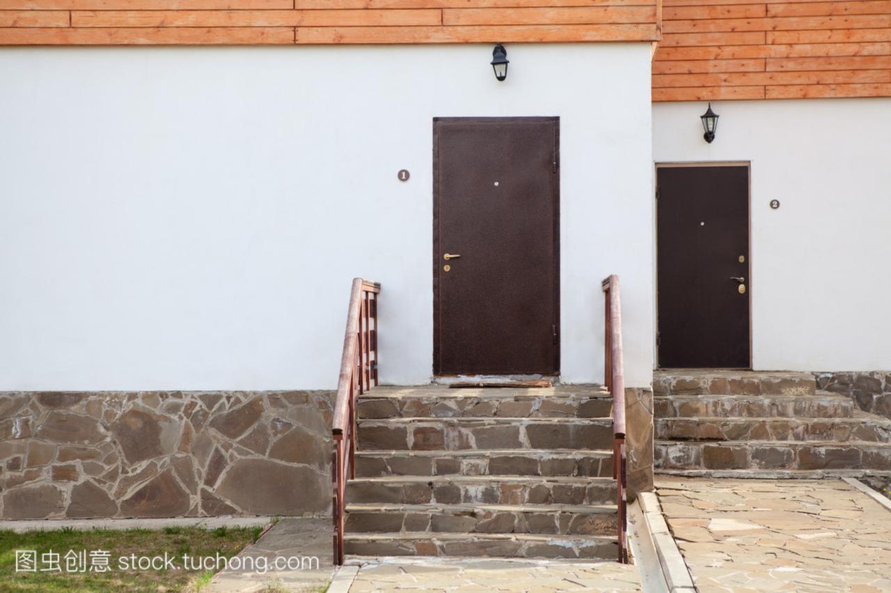 带有农村联排别墅中的标准两个门。门廊别墅58图片
