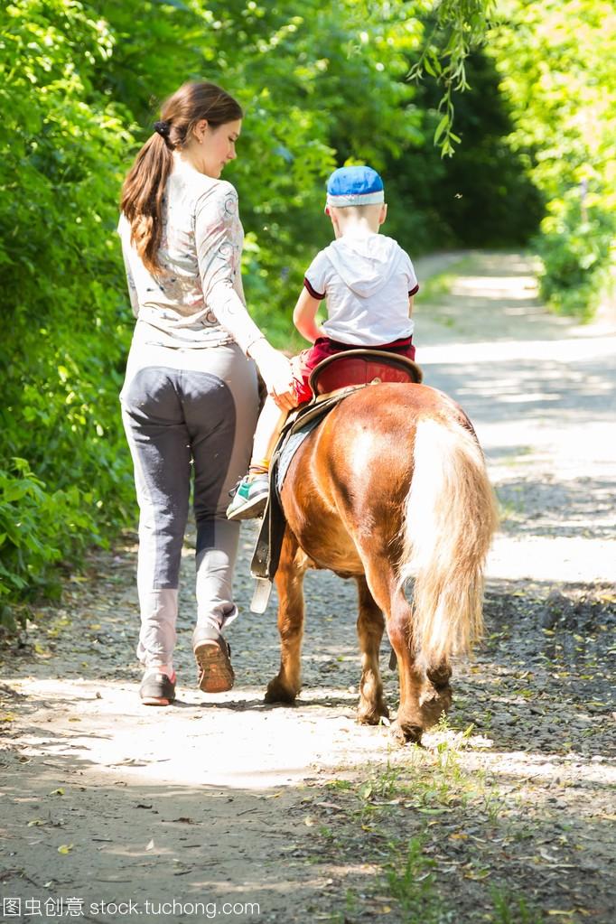 小男孩骑美女严重暴光小马图片