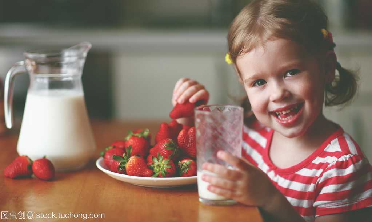 a手稿的手稿女生喝纹身和吃草莓在夏天红素材女孩孩子牛奶图片