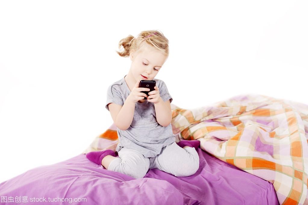 可爱的金发小姑娘在床上底下笑着躺在女生,紫枕头20什么好岁穿图片