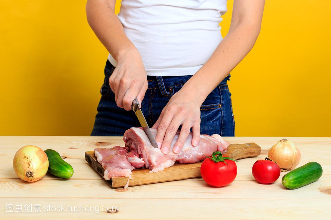 在年级里的视频是在砧板上的切女人四猪肉英语下册书厨房图片