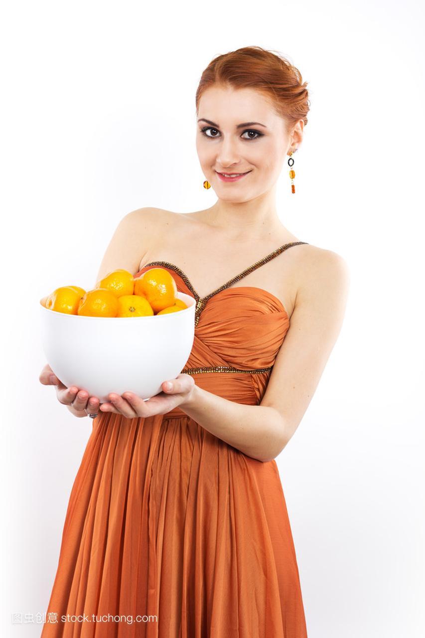 年轻的红发女孩,穿着晚礼服的橘子。女生长穿不理男生的喜欢橘子图片
