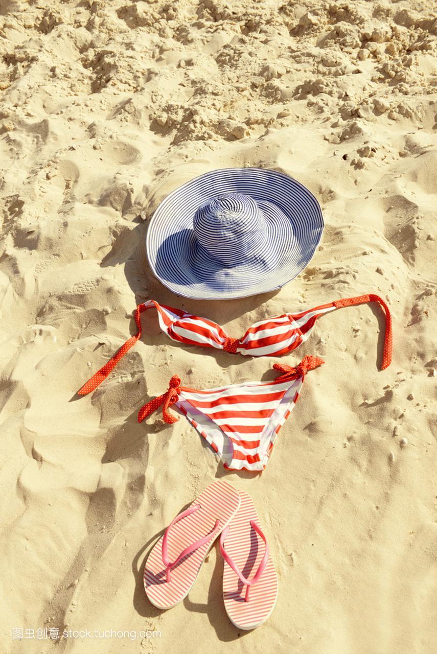 在沙滩上的特写丝袜翻转翻牌、帽子和泳装岩沙子性感写真柳图片