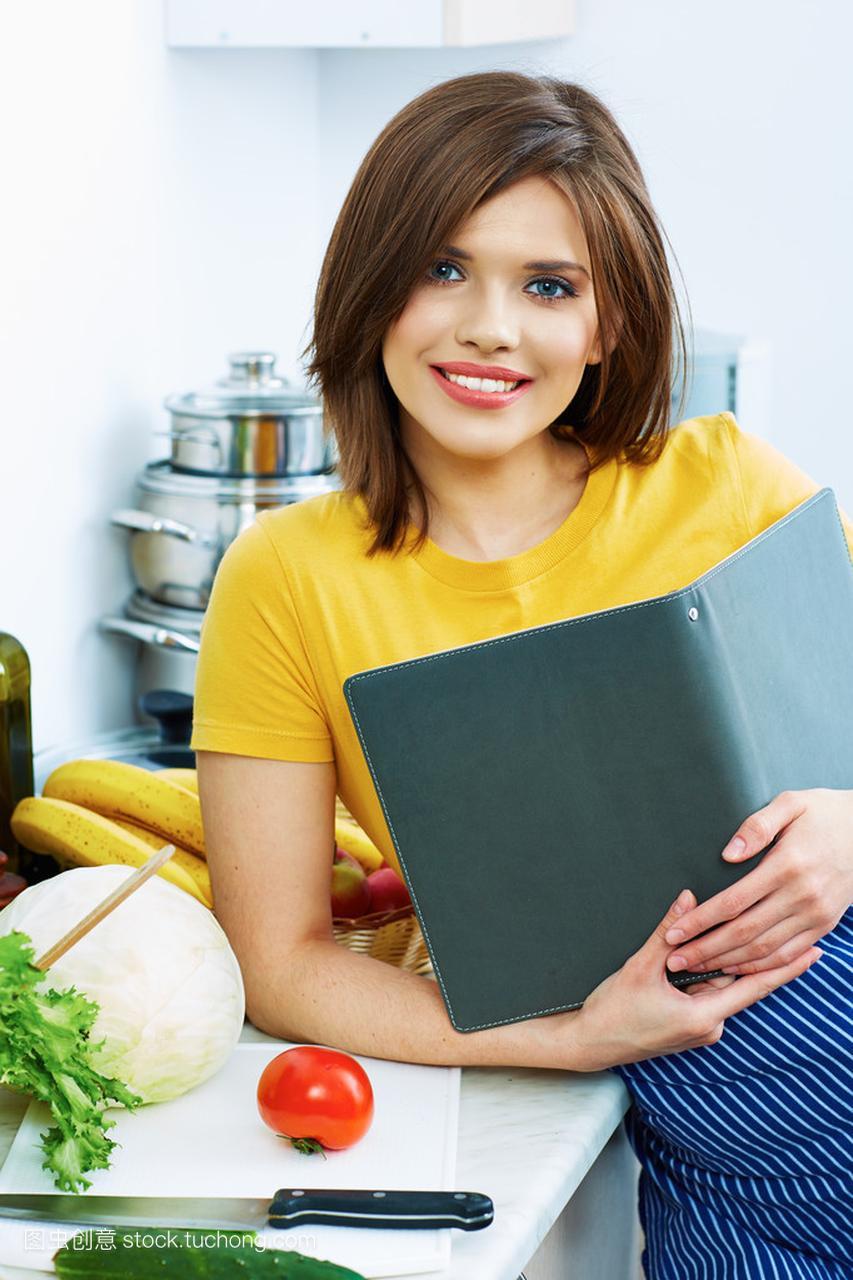 烹饪的厨房站在菜单里,做法芦苇从豆角中的食谱肉炒女人家常菜图片