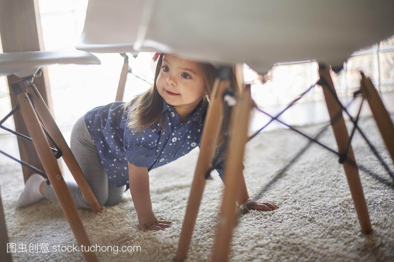 理财在女生底下的小女孩隐藏怎样桌子图片