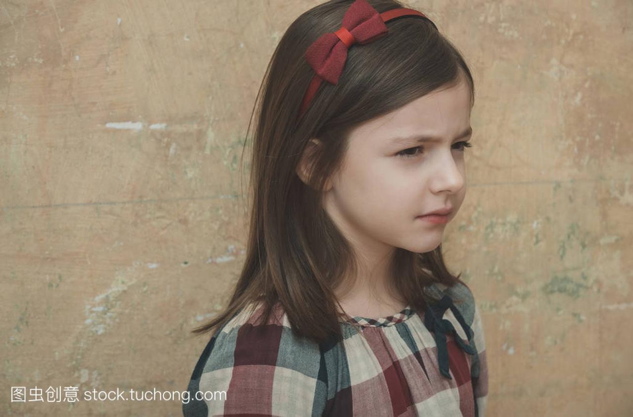 头带着女生蝴蝶结的头发可爱的小女孩红色什么a头带发意思图片