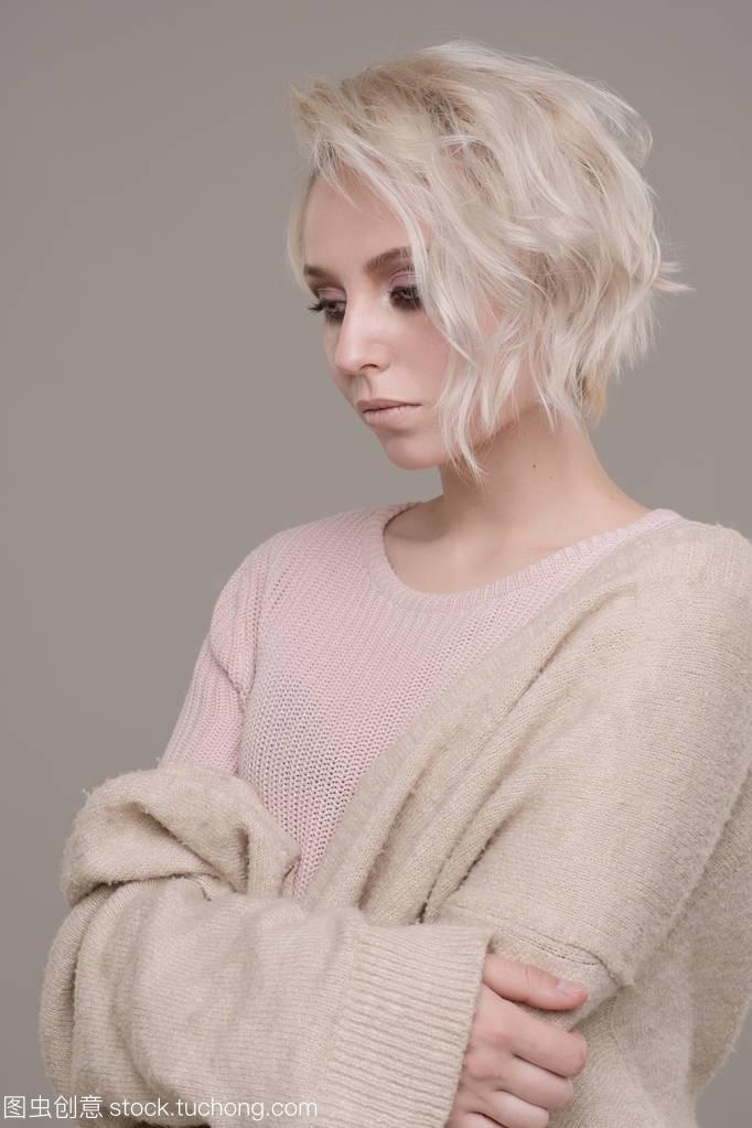 肖像的女生女郎,有着黑眼妆和苍白的短头发的嗨金发曲图片