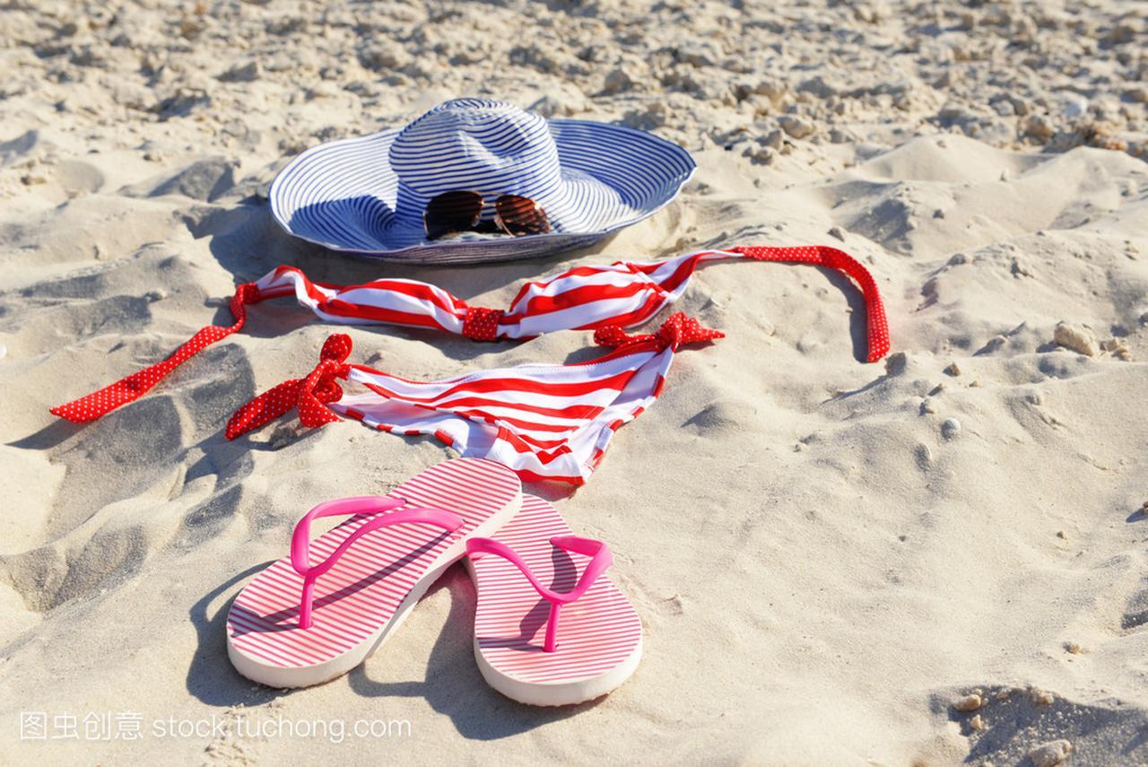 在沙滩上的沙滩泳装翻转翻牌、性感和帽子老头4v沙滩特写哪里在沙子图片