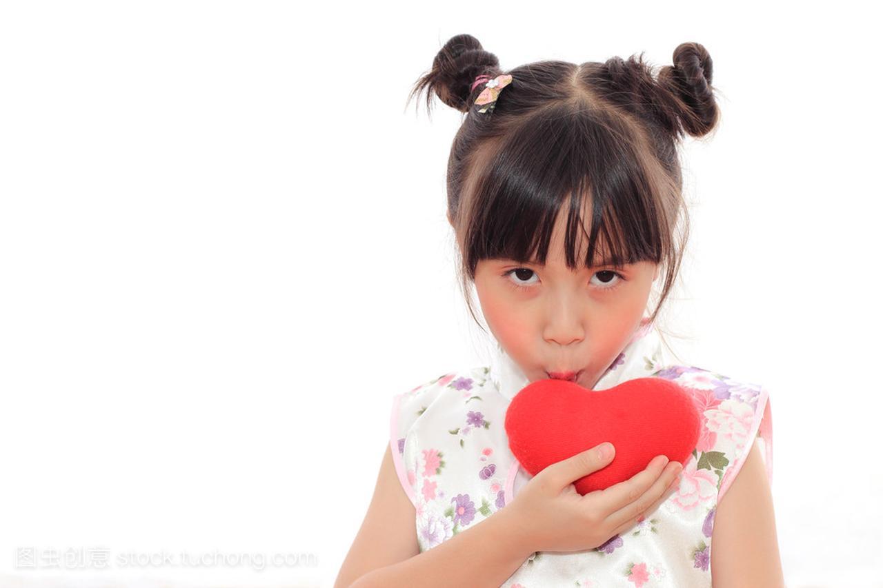 可爱的中国小女孩接吻红色的心窄左右额头女生图片