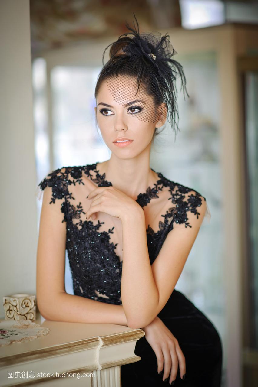 色蕾丝短发摆在一个老式的礼服中的黑发性格。场景美女女孩图片