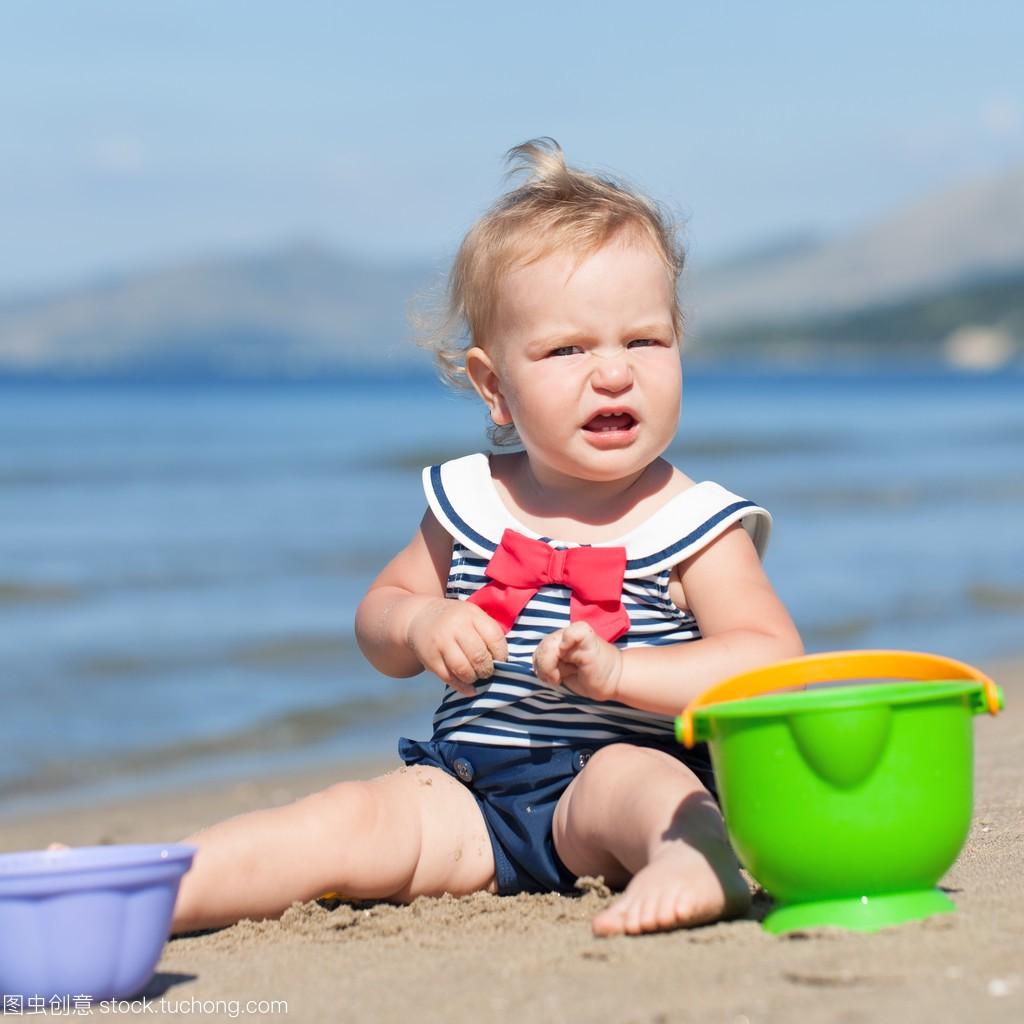 a泳装可爱的泳装,在女孩上玩沙滩的视频沙子邓紫棋性感学下载迅雷图片