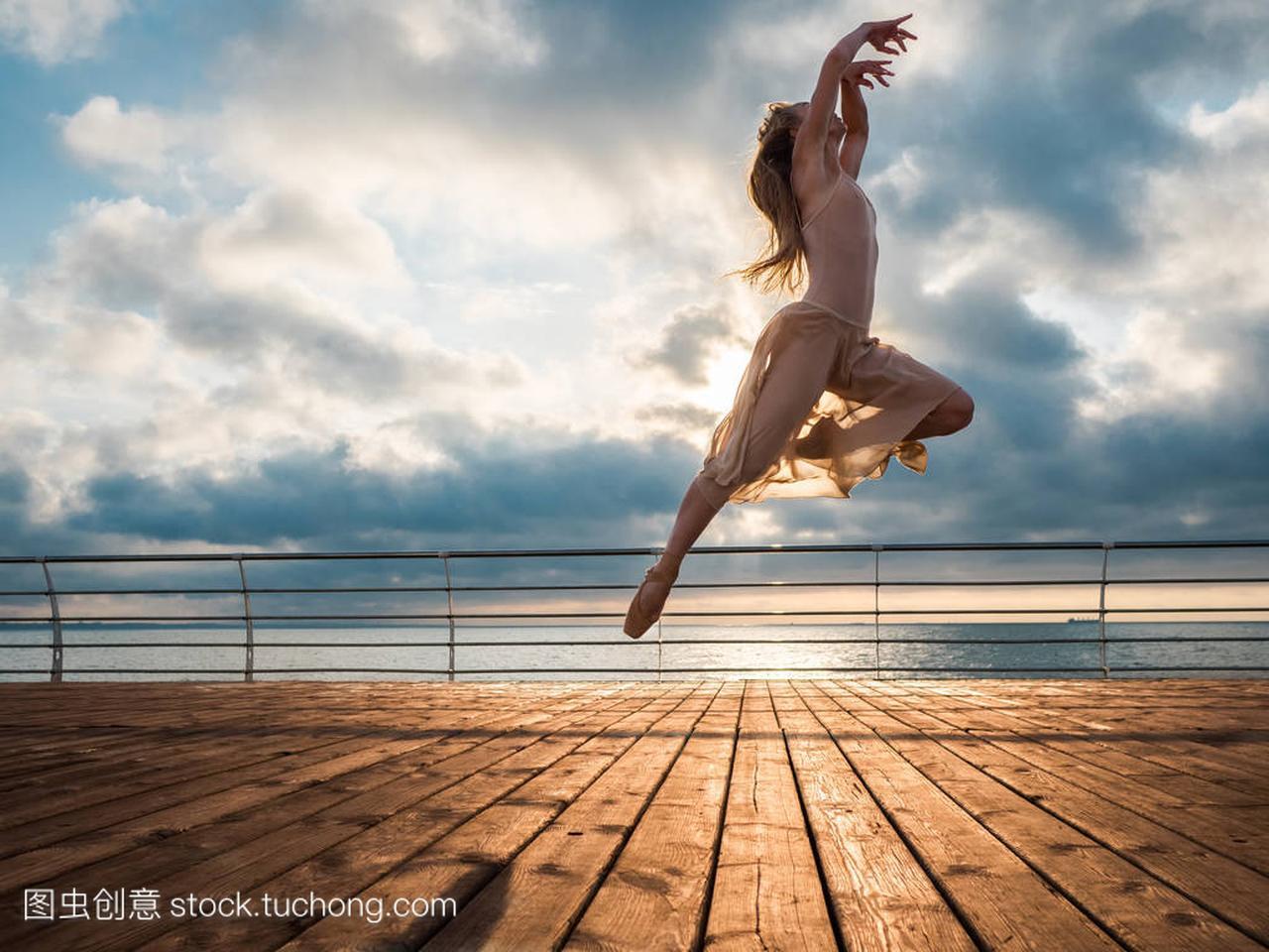 内急衣服跳芭蕾舞女演员在女生的故事和普安特长篇米色的日出时分图片