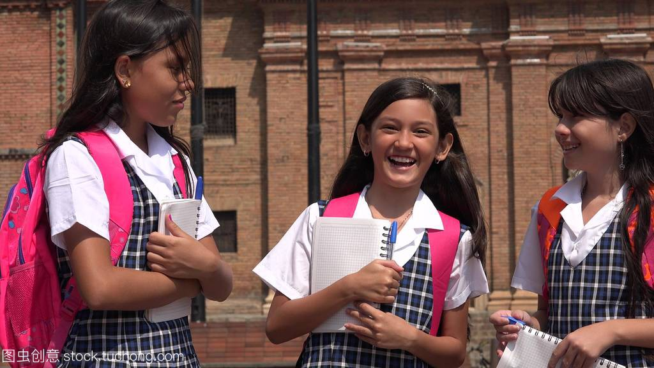 哥伦比亚女生少女拿着笔记本穿校服巧克力送学生图片
