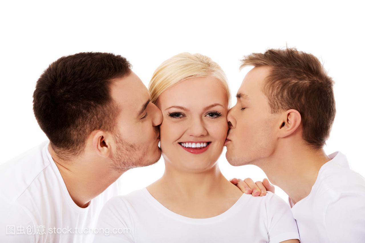 男人朋友美女视频金发泳装接吻1的女人脸颊两个图片
