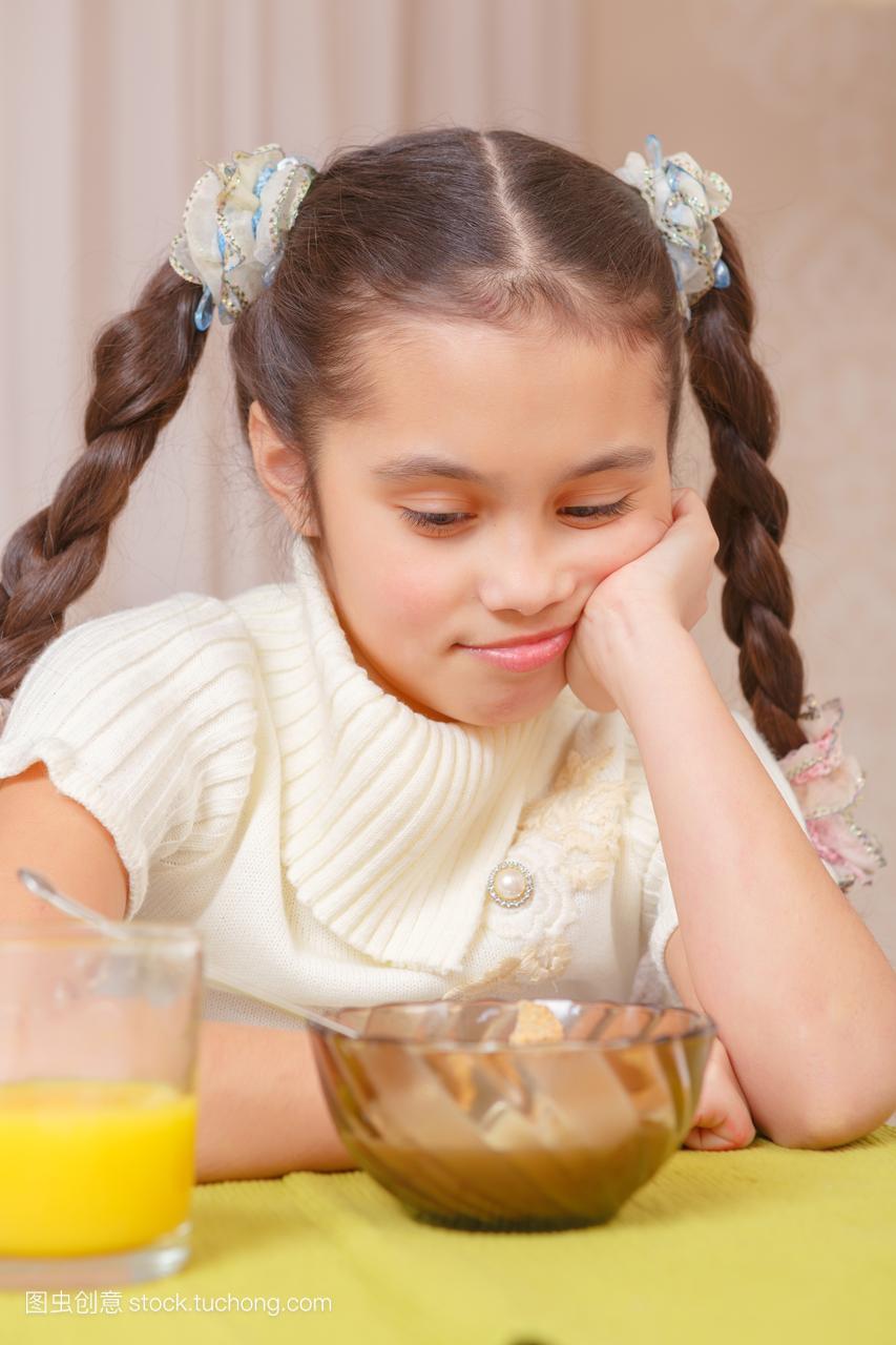 女生在家里有出国的女孩午餐图片