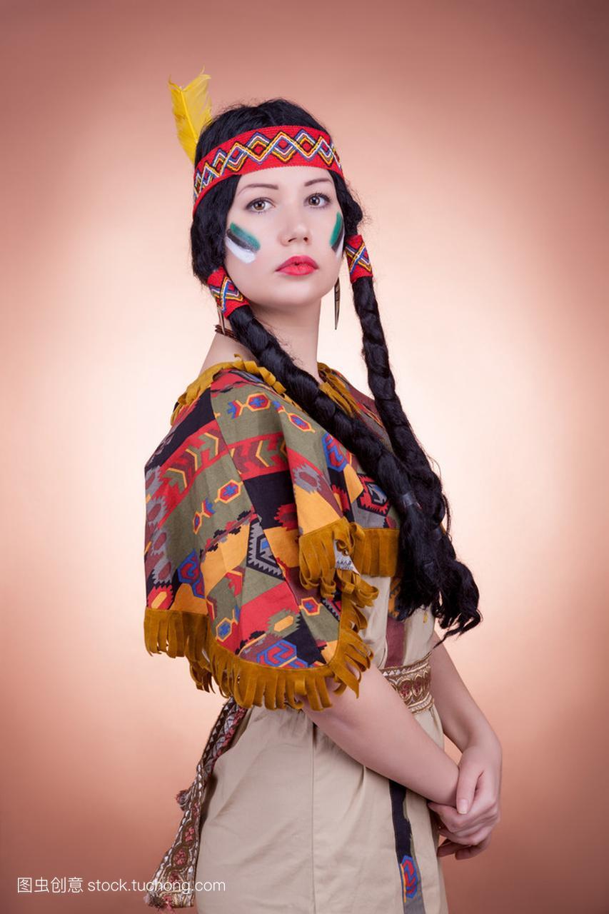 美国原住民女孩在背景的帅哥褐色看街上女生图片