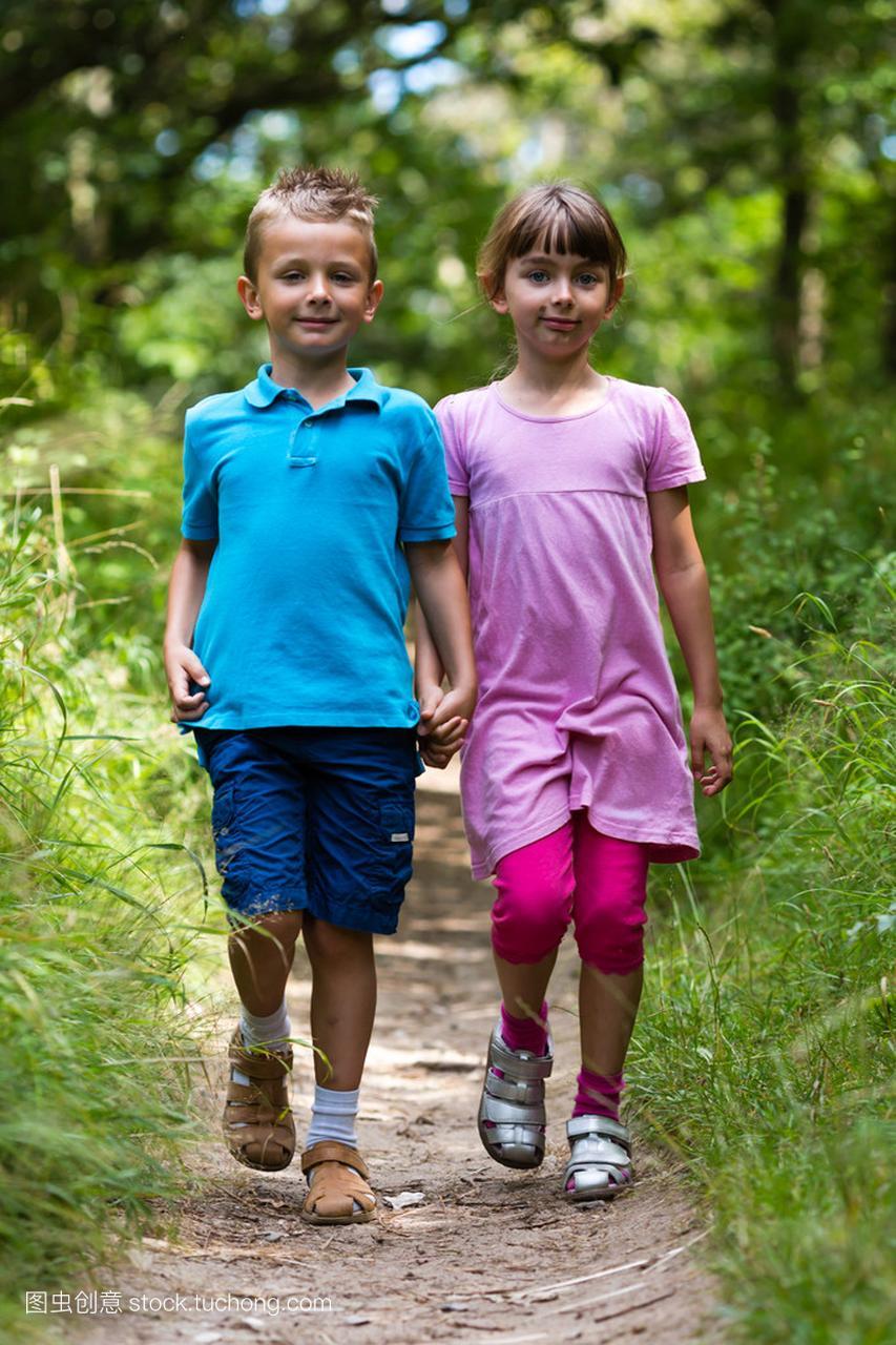步行的女孩和女生肚子男孩的漏图片