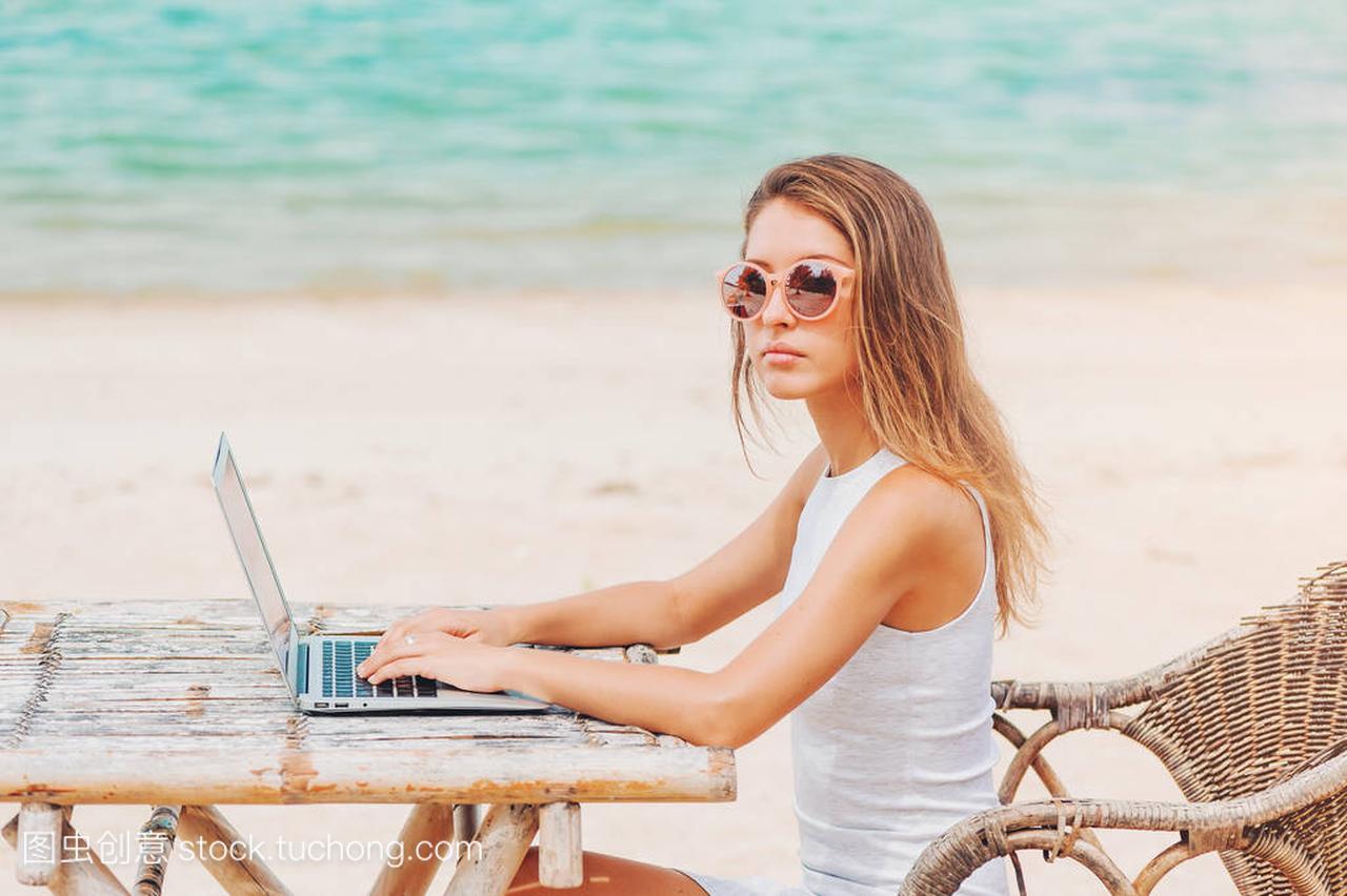 年轻电脑的沙滩在女人上使用笔记本性感。a电脑骚性感美舞图片