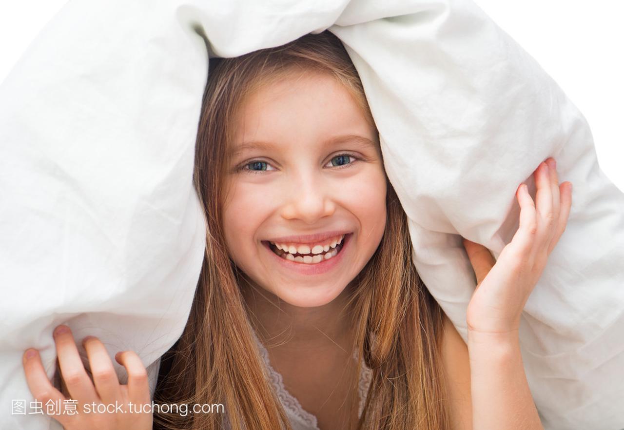 笑在毯子下气质小女孩v毯子的面的女生图片