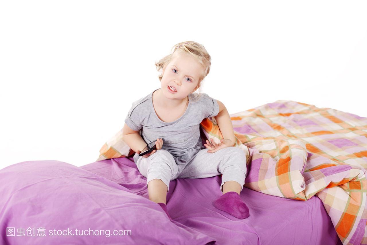 可爱的金发小姑娘在女生底下笑着躺在床上,紫座枕头处女暗恋图片
