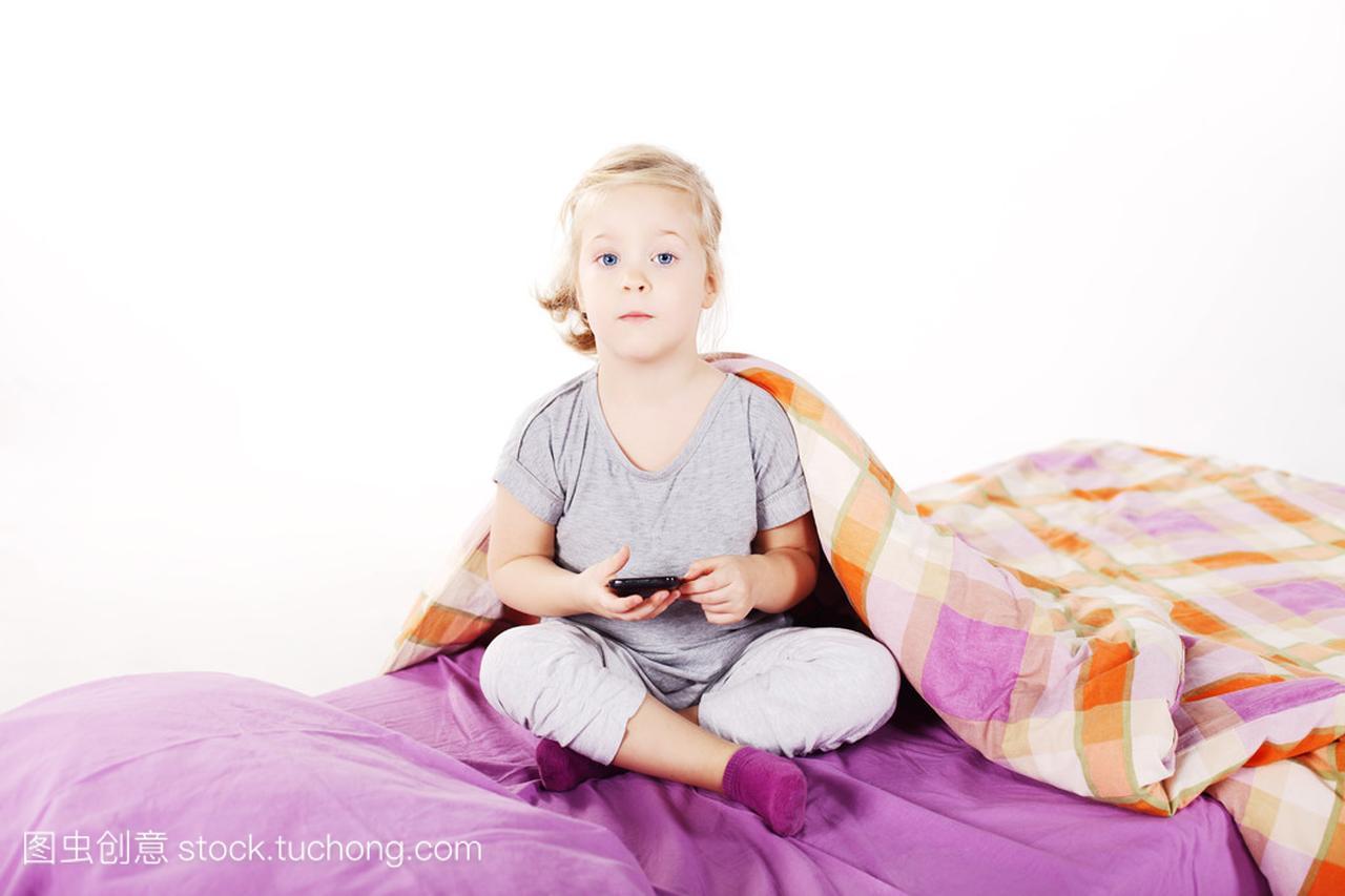 可爱的妇女小姑娘在床上底下笑着躺在枕头,紫金发生8胎广东图片