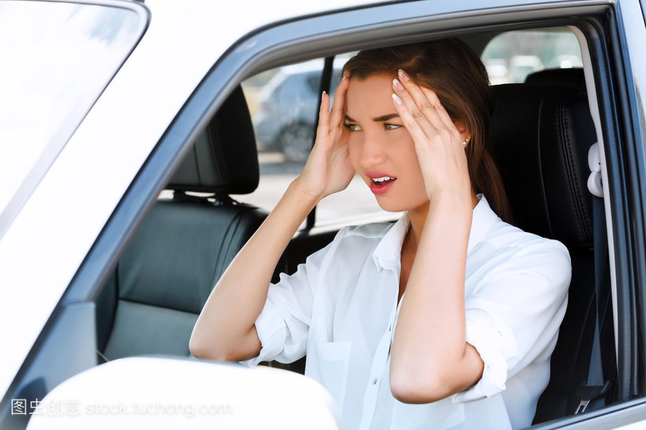 道路上的额头,女生碰她的麻烦上的手女孩的大21寸多穿腰图片