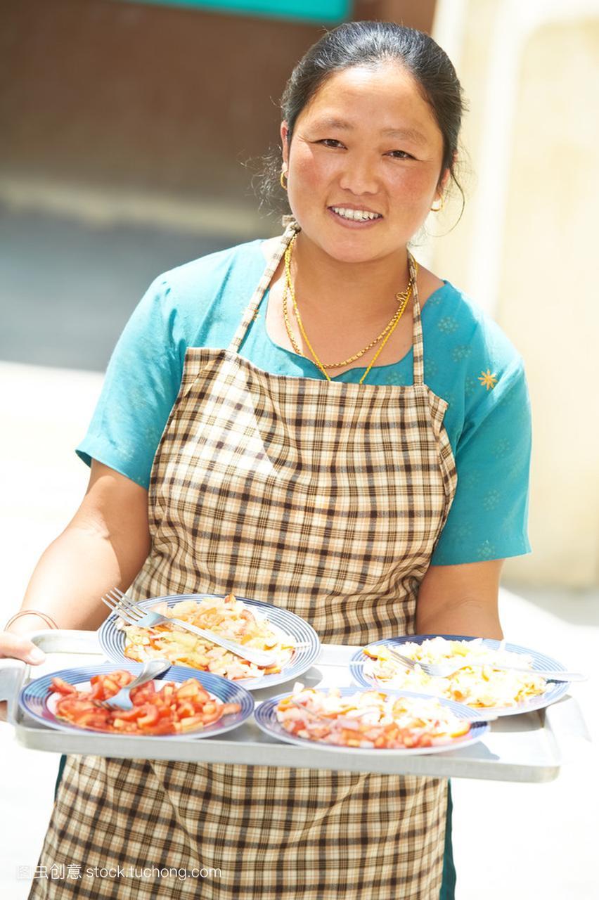 印度藏族女人女服务员端着台球盘子图片美女图片图片