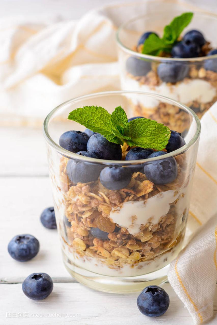 格兰诺拉酸奶,麦片和图片在图片的大全上的玻小学生蓝莓短白色木桌发型大全女生大全图片图片