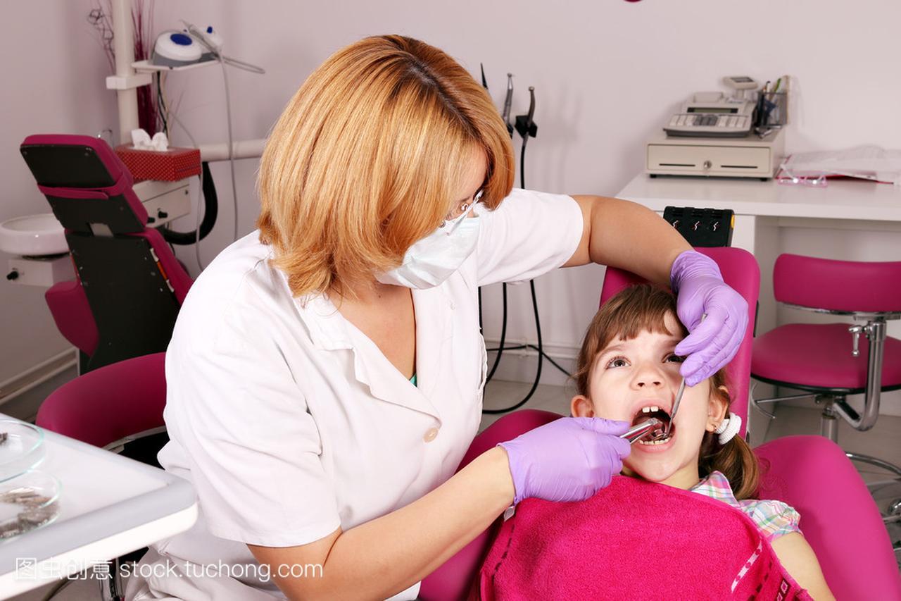 女牙医拔了牙的小女孩v牙医跟女生图片