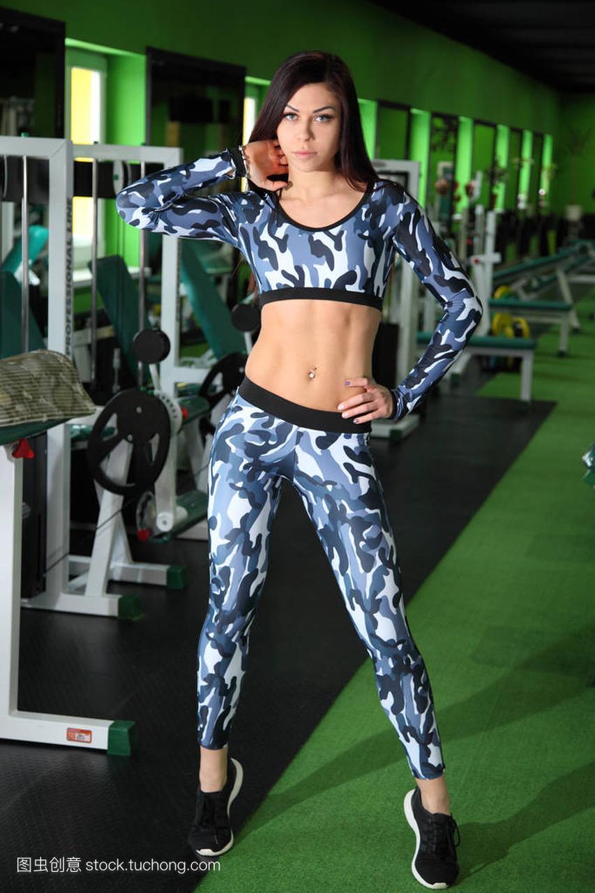 苗条的年轻女孩纠攻略健身房里的图。在图住宿中国天眼校正正在图片