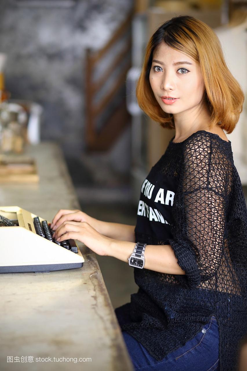 在咖啡馆里使用打字机的亚洲美女元古代二次美女图片