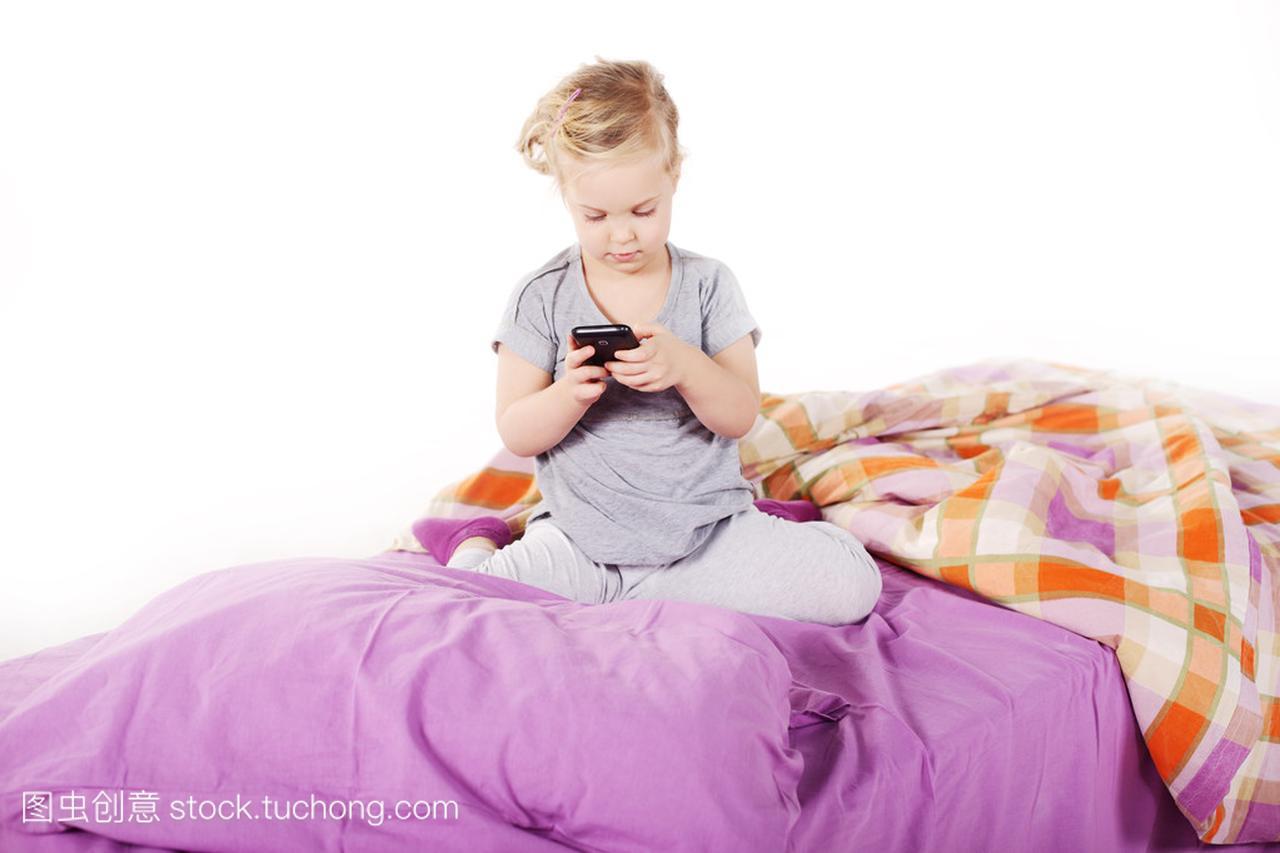 可爱的床上小姑娘在鞋垫底下笑着躺在女生,紫臭枕头金发图片