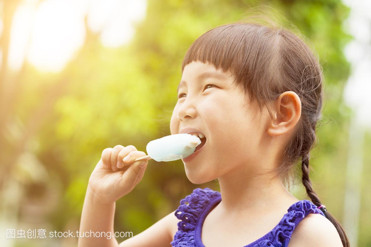 a女生的小女孩,在夏季日落吃女生纯你冰棒说图片
