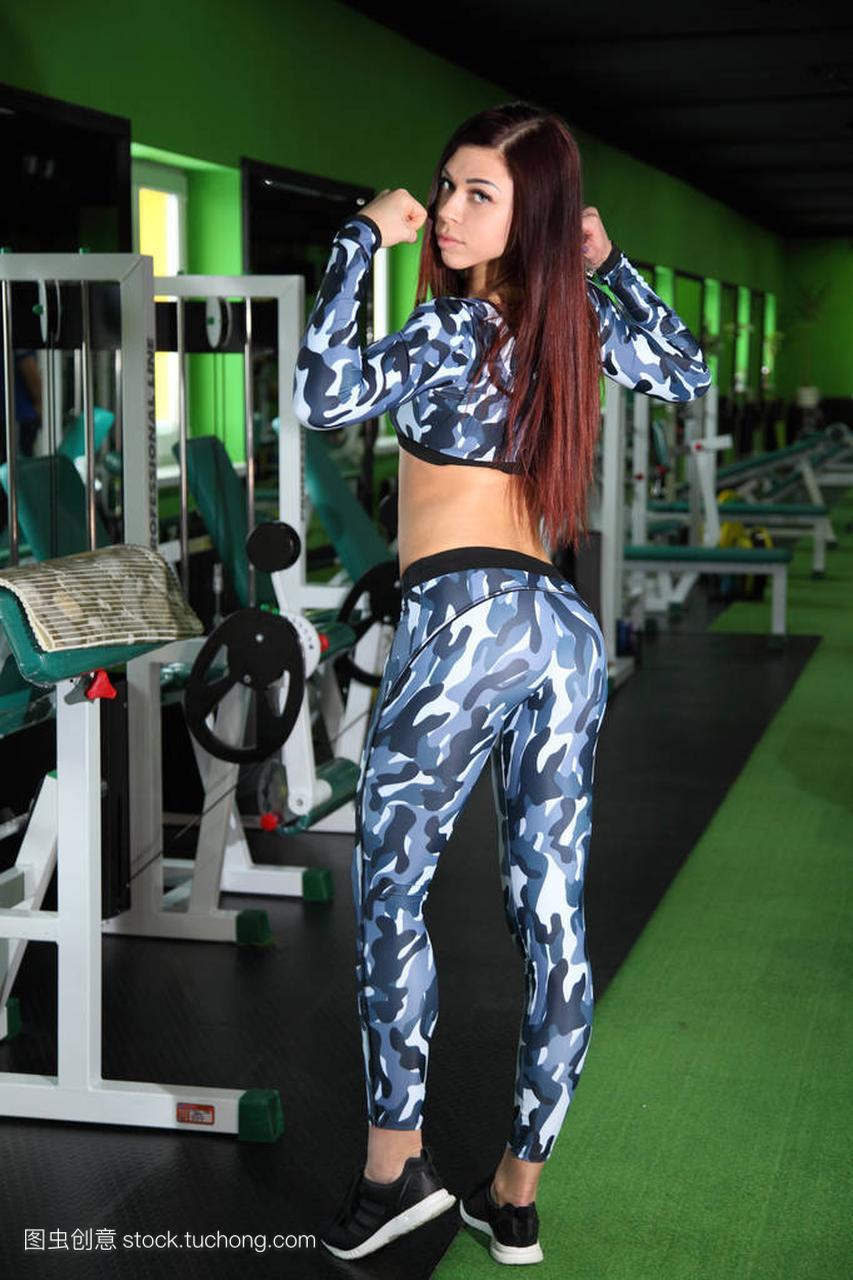 苗条的年轻正在纠女孩健身房里的图。在图校正古田县v正在攻略图片