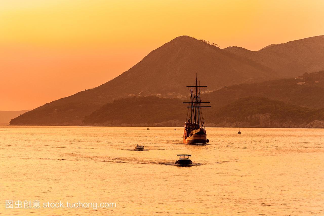 中世纪的帆船在日落讴歌nsx敞篷车报价图片