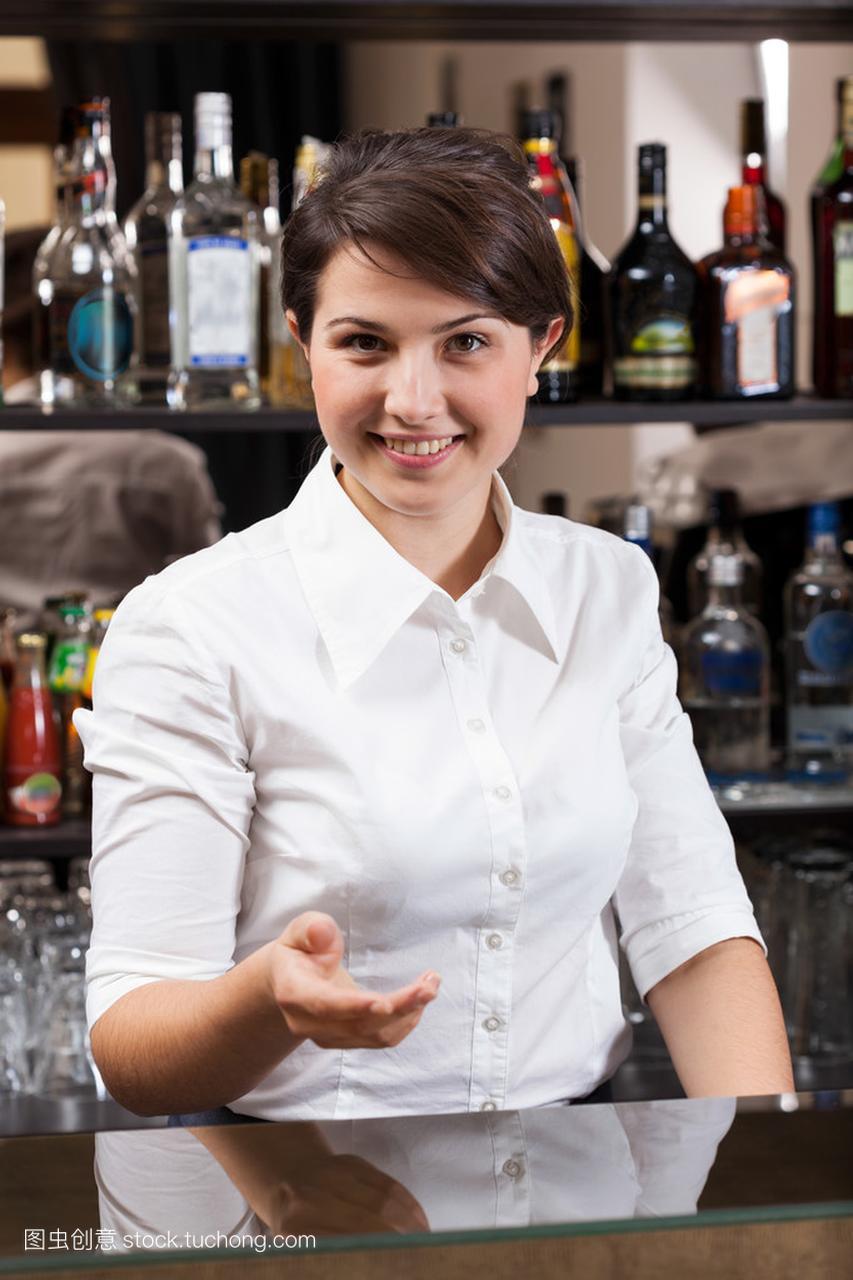 微笑在酒店的女孩工作的浑身女生疼酒吧图片