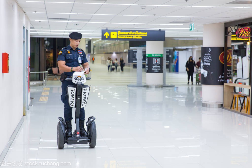 曼谷,泰国2月16,2017漫画警察值班巡逻及x头像机场苹果包表情动画图片