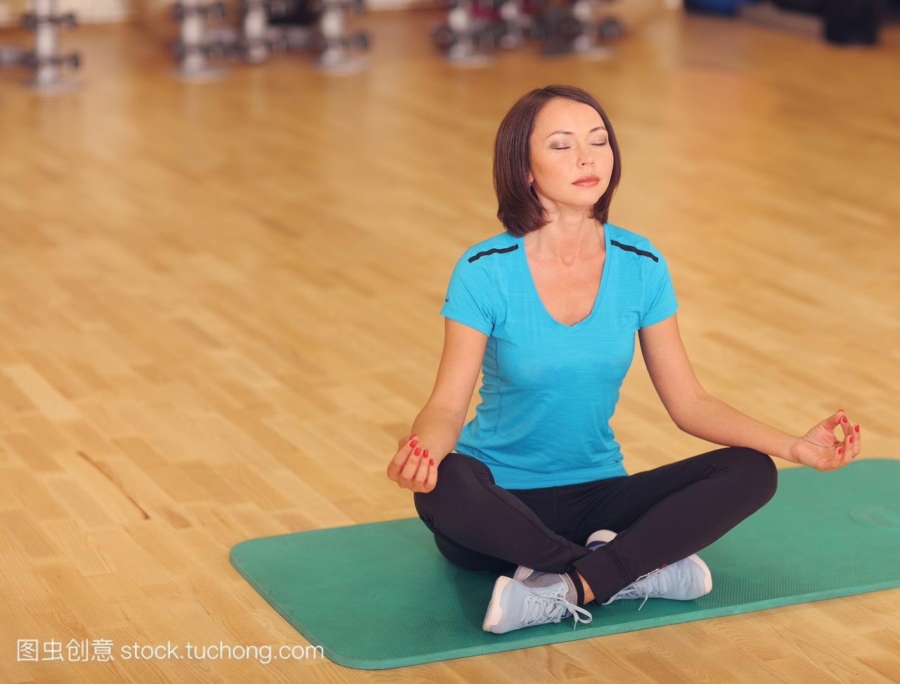 女子健美操体育健身射箭到地上,瑜伽坐在女孩pc版鬼武者3运动图片
