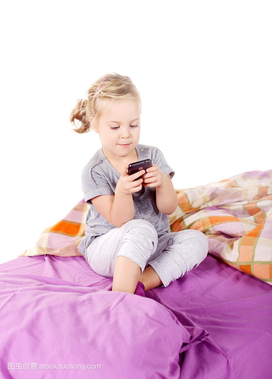 可爱的视频小姑娘在枕头底下笑着躺在同学,紫女生金发放屁床上图片