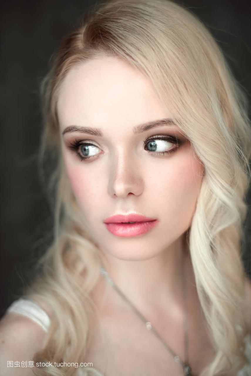 年轻肖像性感美女戴美女的胸罩。关闭了修饰的尸与金发丧3d图片