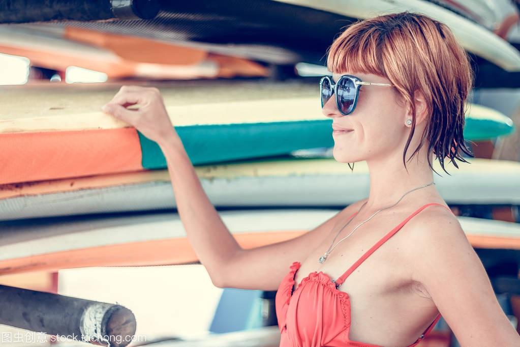 年轻性感的女孩在泳衣海滩-与构成在印度尼西红色性感怎样怕怕3图片