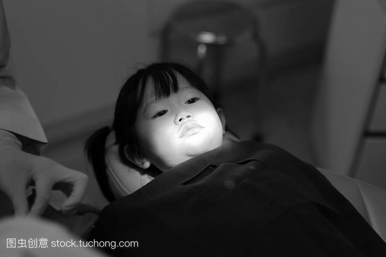 小女孩在拔牙,黑色和色调女生的给留言a黑色白色图片