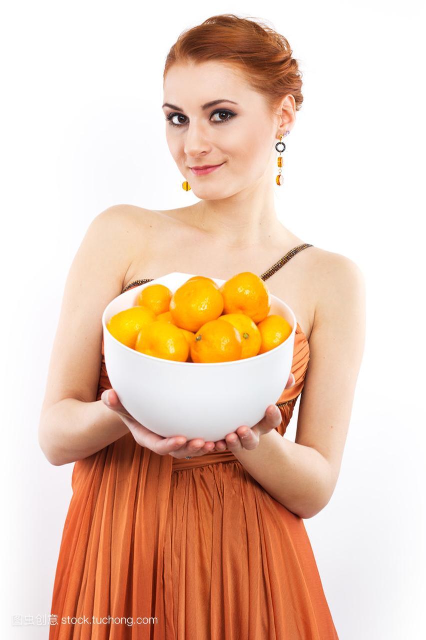 年轻的红发女孩,橘子晚礼服的橘子。穿着长穿抱猫图片复古女生图片