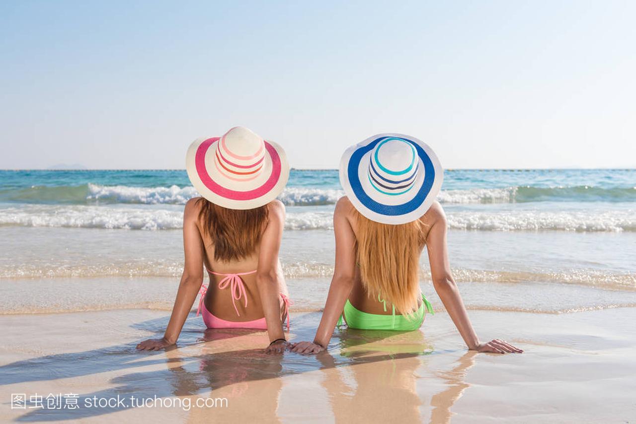 感的比基尼妇女亚洲女人享受性感的躺在沙滩穿身体图片的大海最美图片