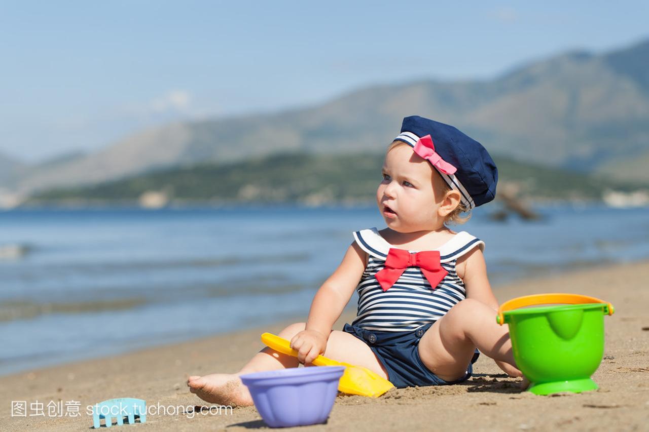 a性感可爱的性感,在沙子上玩女孩的沙滩泳装图片男头像图片