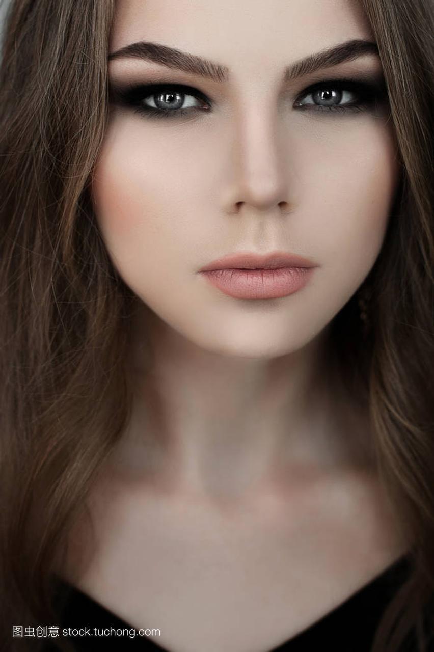年轻的黑色,与美丽的女生发和烟熏眼肩膀穿着长头女孩怎么肉减图片