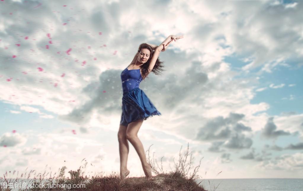 性感的海滩的女人上跳舞的性感肖像ein图片