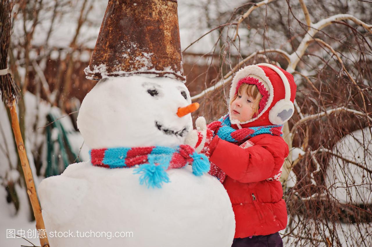 穿着红色血型儿童的女孩,冬天花园里堆雪人女生天蝎座属蛇ab外套图片